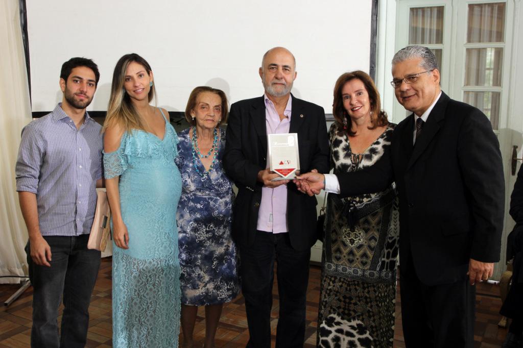 Tarcisio Figueiredo, ao lado da família, recebe homenagem das mãos do pres. do CSP-MG