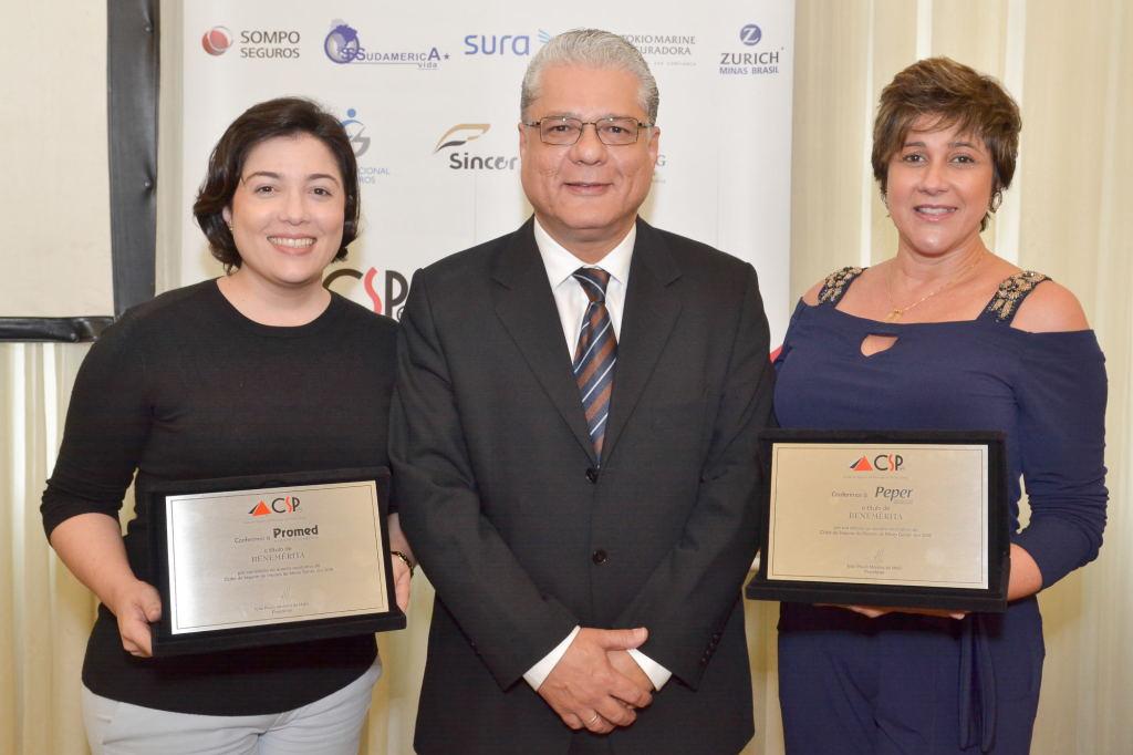 Ana Flávia Pereira (Promed), João Paulo Mello (presidente do CSP-MG), Elaine Patente Godinho (Peper): novas beneméritas que receberam placas de agradecimento
