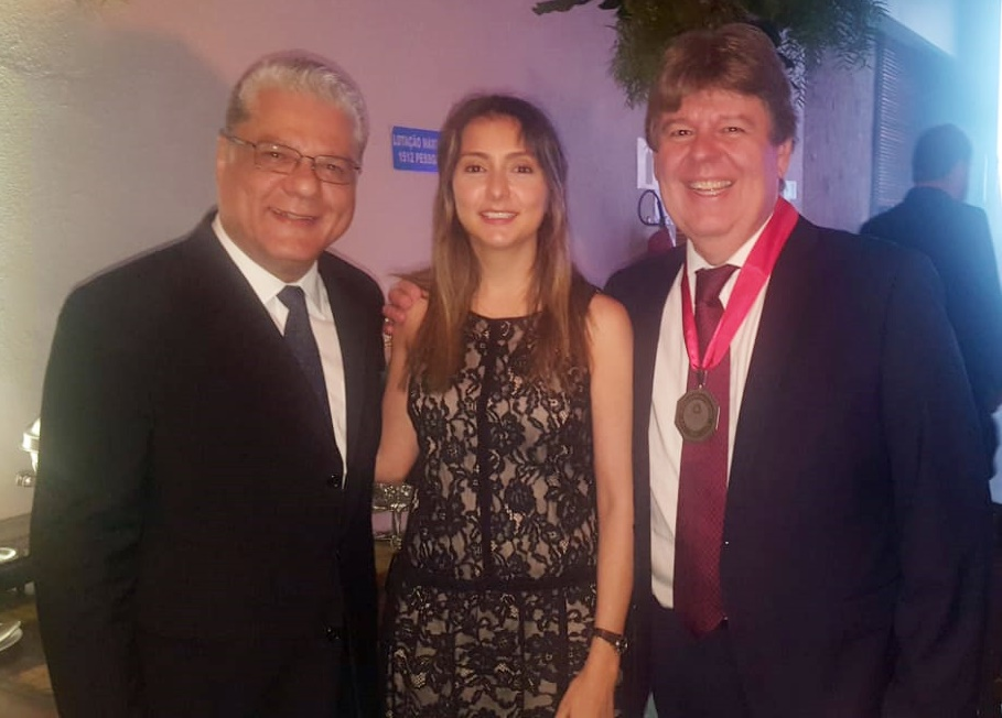 João Paulo, Fabiana Resende (diretora Social do CSP-MG) e o homenageado Alexandre Faria (Multiseg Corretora)
